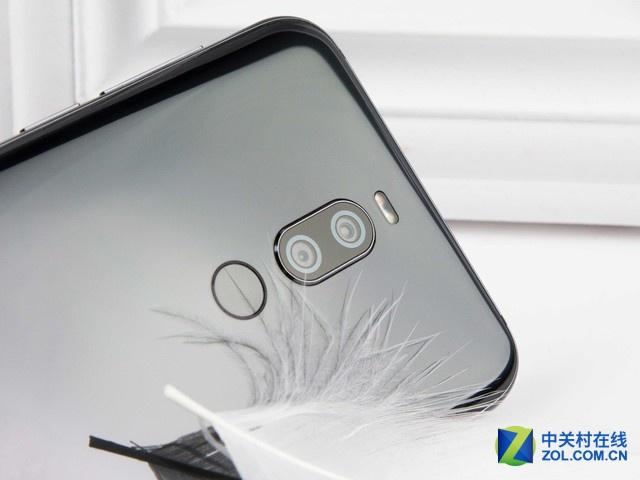 金属中框外加双面玻璃的设计是目前最主流的设计语言,也是魅族x8令人