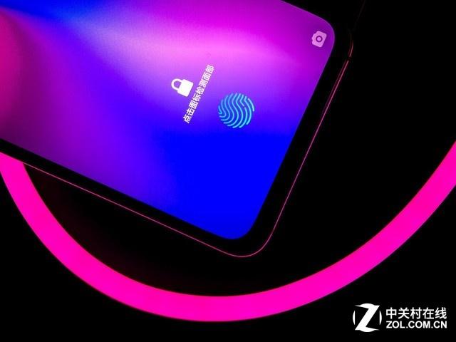 要说什么手机颜值最高,新出的OPPO R17肯定是重磅人物,OPPO这次将渐变配色玩到了一个新高度幻色渐变,将水和光的流动效果做到了机身配色之中。  在叠层流光点彩工艺基础上,OPPO R17在流光层和点彩层之间增加了透明的凝光层,通过镭雕工艺,在凝光层上蚀刻细密的S型曲线,通过高密度的曲线实现光影流动的效果,将色彩对比冲突效果、磨砂质感、朦胧观感和丝滑手感结合起来,还可有防止指纹沾染,真正做到了美凌驾于一切。  不仅如此,OPPO还带来独特的雾光渐变色,采用独特的雾面蚀刻工艺,使得玻璃表面带有