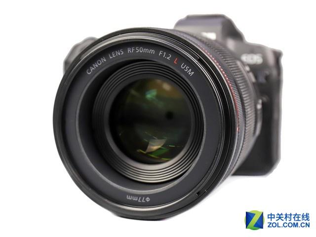 佳能RF50mm F1.2 L USM是佳能EOS R系列专用镜头,镜头设计运用了RF卡口大口径与短后对焦距离,使F1.2大光圈与高画质兼备。镜头采用了3片非球面镜片与1片UD(超级色散)镜片的搭配,并使用了新玻璃材料镜片,通过合理的镜片布局,有效抑制多种像差的同时,实现了F1.2光圈下画面中心到边缘的高画质表现。目前在京东商城上,这款镜头的PLUS会员价格很不错,感兴趣的朋友不妨关注一下。  佳能RF50mm F1.