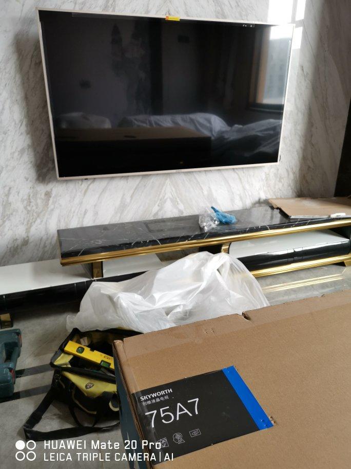 电视机很大,客厅沙发...
